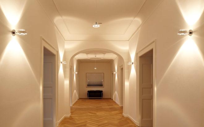 коридор с несколькими светильниками