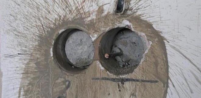отверстие для розетки в бетонной стене