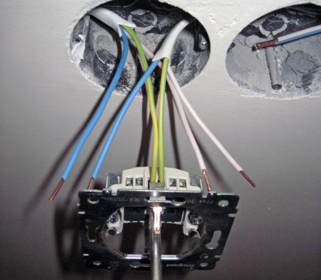 прокладка заземляющего провода при подключении нескольких розеток