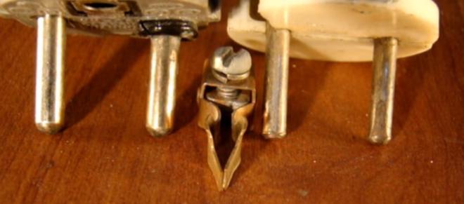 несовпадение диаметров штырька вилки и контакта розетки