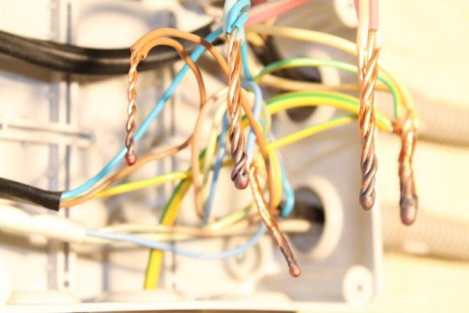 сварка проводов в распределительной коробке