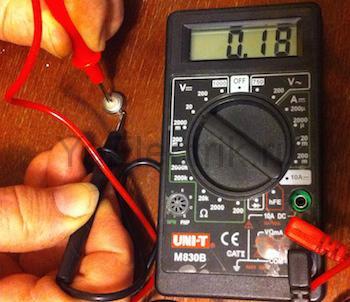 проверяем напряжение на аккумуляторе