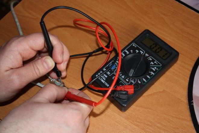 Прибор показывает, что проводники замкнуты между собой