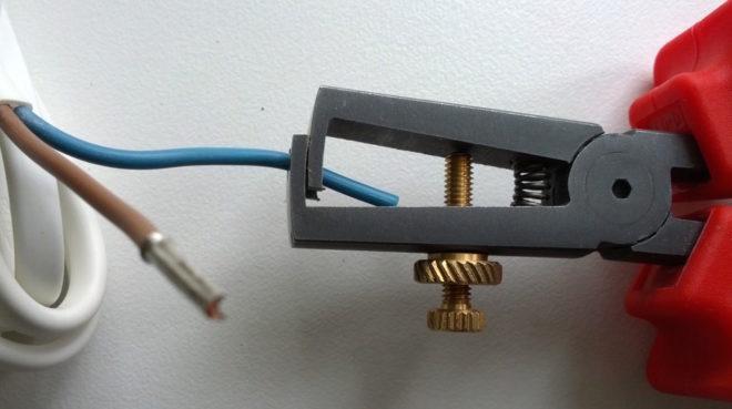 очистка изоляции с провода специальными клещами