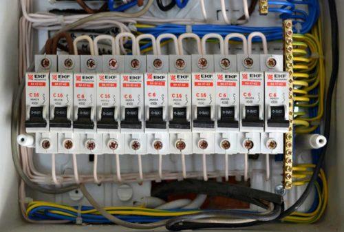 В большинстве случаев автоматические выключатели устанавливаются в распределительных шкафах, перед входом сети на определенный объект с оборудованием, которое используется в качестве нагрузки. Чтобы качественно установить выключатель, надо понимать, как он работает, какие процессы протекают при эксплуатации, знать особенности конструкций различных видов.