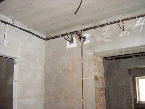 Оптимальный вариант установки распределительных коробок в 15 – 20 см под потолком, ответвления для розеток делаются вертикально вниз