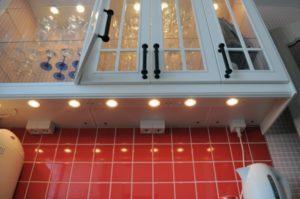 10 идей как замаскировать розетку на кухне и за телевизором