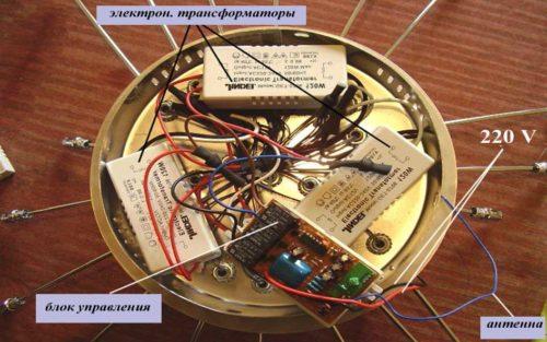 Вид люстры с пультом управления сзади, видны блок управления, антенна, трансформаторы
