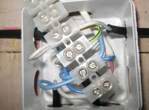соединение проводов клеммной колодкой в распаячной коробке