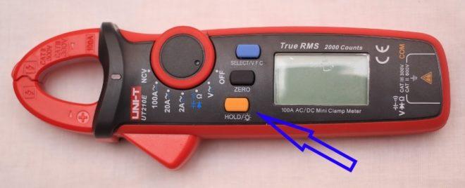 Кнопка Hold фиксирует на экране результаты измерений