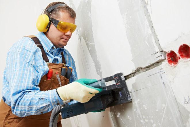 штробление стены профессиональным штроборезом