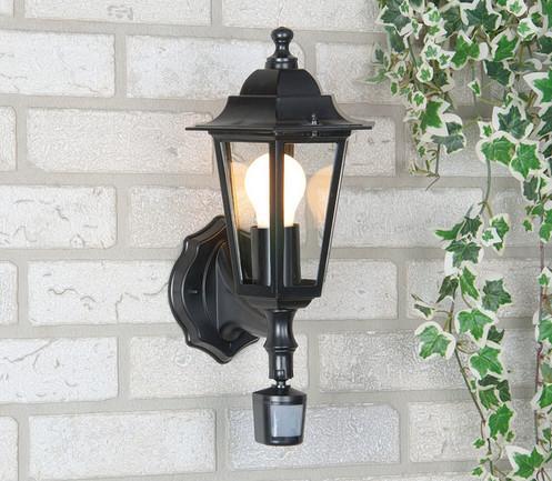 светильник с датчиком движения перед домом