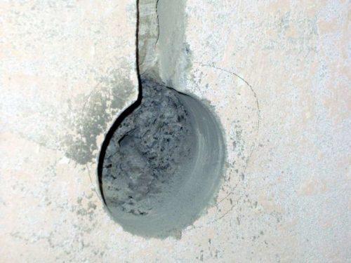 Пример штробы входящей в отверстие для подрозетника