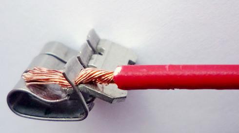 надежный зажим пружиной проводник