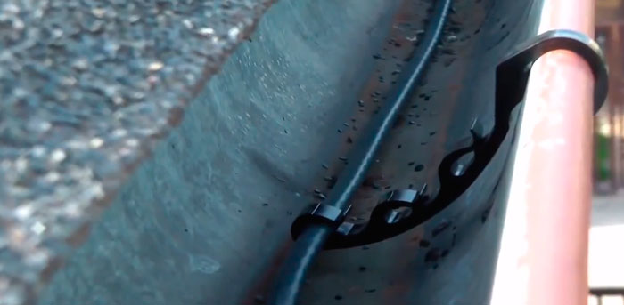 бесклепочное крепление в желобе водостока кабеля обогрева