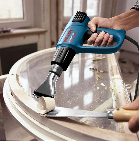 очистка от краски стеклянных поверхостей при помощи строительного фена