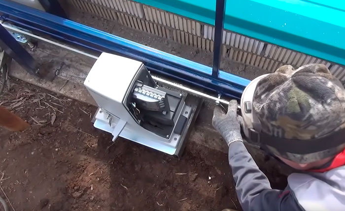 регулировка зазора между зубчатой рейкой и приводом откатных ворот