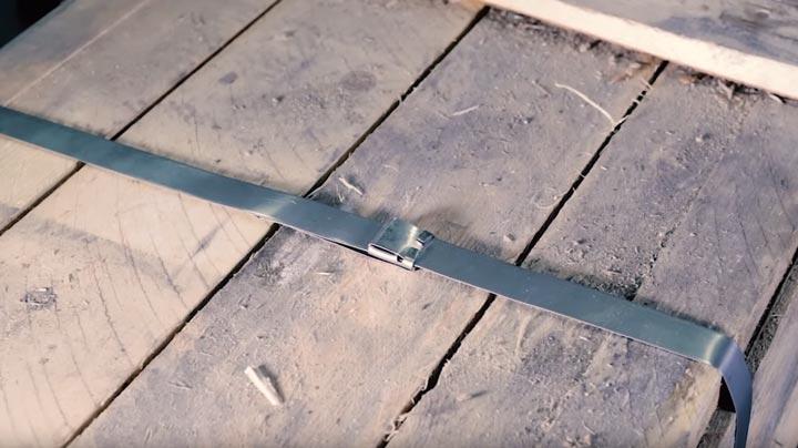 натяжение стаьной ленты на деревянной таре