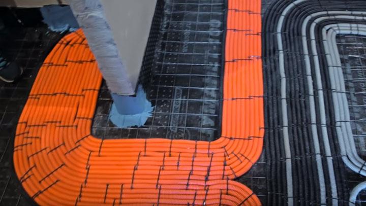 большой шлейф гофр и проводов при монтаже электрики по полу