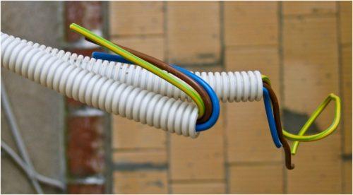 Прокладка провода ПУВ с использованием цветовой маркировки в гофрированной трубе