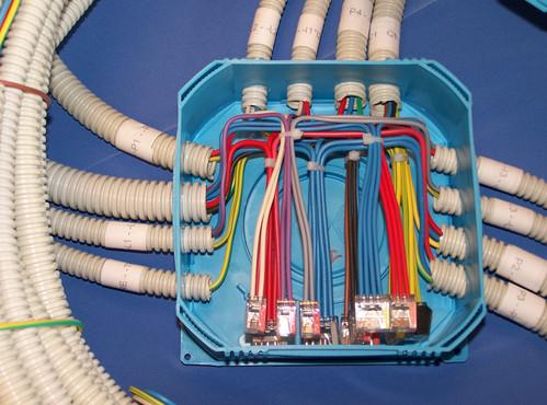 электропроводка заведена в распределительную коробку