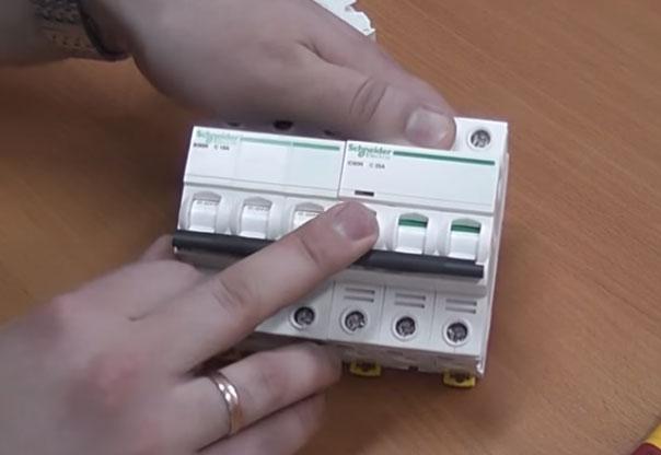 глазок аварийного отключения автоматического модульного выключателя