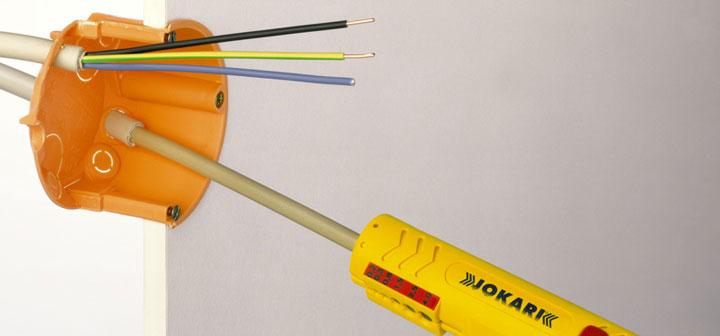 ровный срез оболочки кабеля в подрозетнике