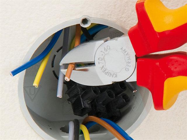 зачистка изоляции с провода бокорезами