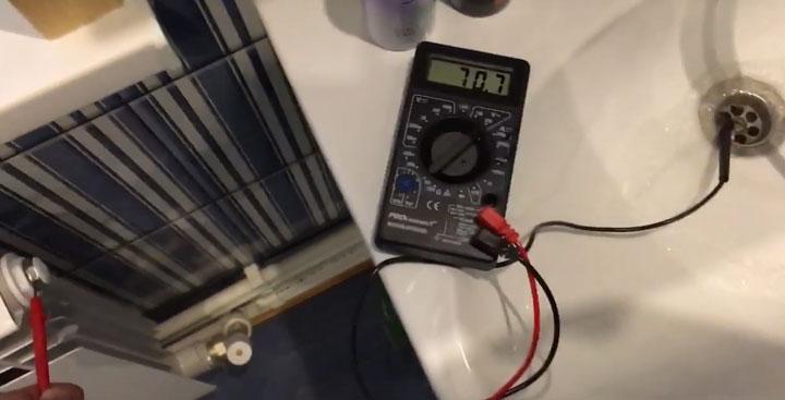 напряжение 70 Вольт в ванной между краном с водой и батареей бьется током