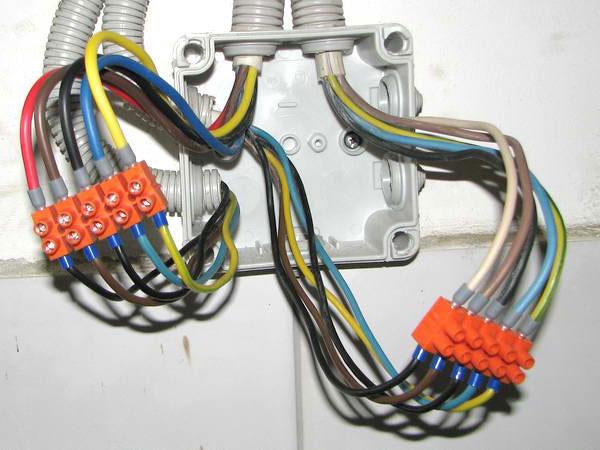 можно ли соединять медный и алюминиевый провод клеммной колодкой