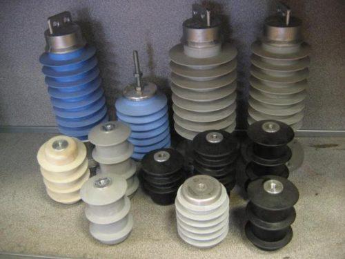Модели УЗИП на разрядном принципе имеют большие габариты, используются в сетях высокого напряжения на участках между ЛЭП и трансформаторных подстанций, это старые, но надежные конструкции. Постепенно их вытесняют ОПН (Ограничители напряжения).
