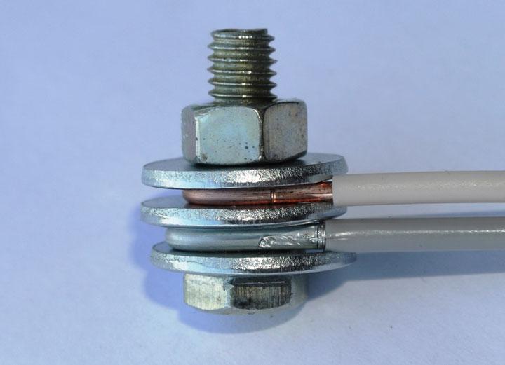 соединение медной проводки с алюминиевой через болт с гайкой и стальные шайбы