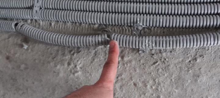 поврежденная изоляция кабеля перед заливкой стяжки прокладка по полу