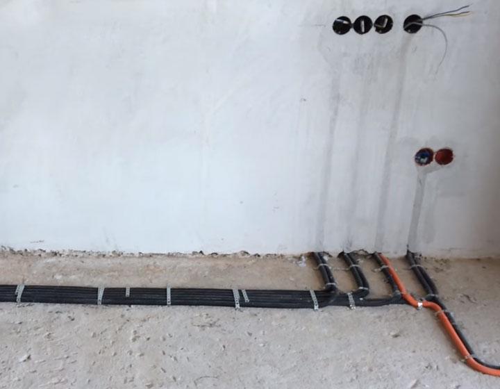 шлейф кабелей нужно делать с отступом от стены в 30см
