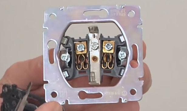 розетка с открытыми токоведущими частями