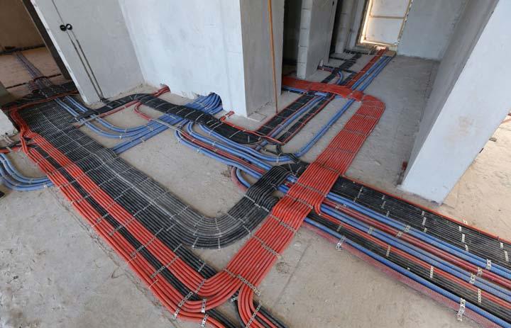 применение черной и оранжевой гофры ПНД при монтаже проводки по полу
