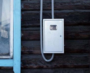 Шкаф ВРУ на стене дома