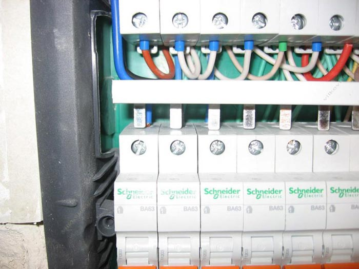 подключение автоматов черехз фазную гребенчатую шину как заменить автомат