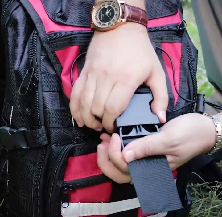 верхний клапан и застежка пластиковая на рюкзаке КВТ С-08