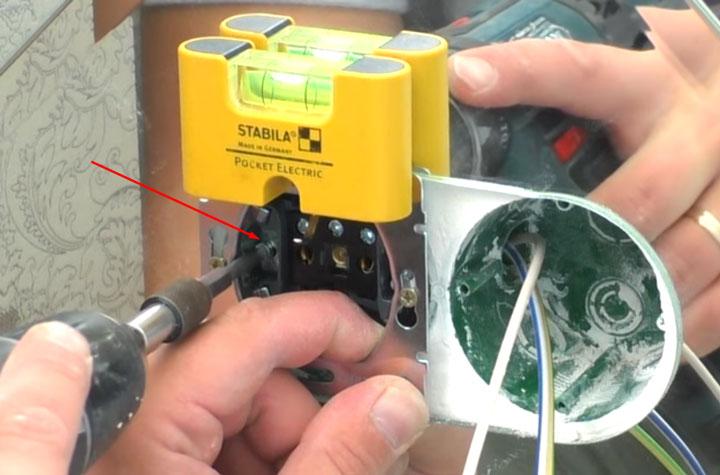 крепежные винты с распирающими лампками при установке розетки в подрозетник