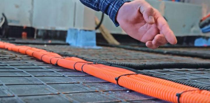 крепеж кабеля к полу на сетке кабельными стяжками