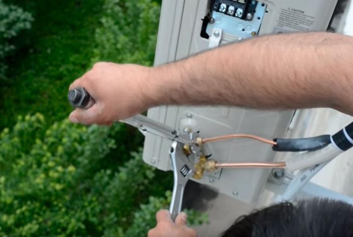 подключение трассы фреона на наружном блоке кондиционера