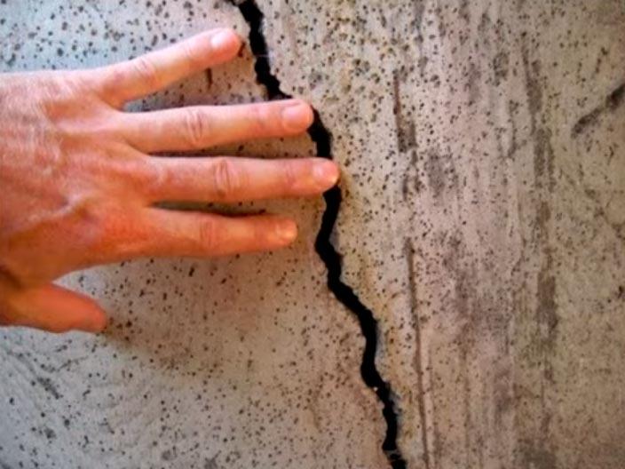 большая трещина в стене дома