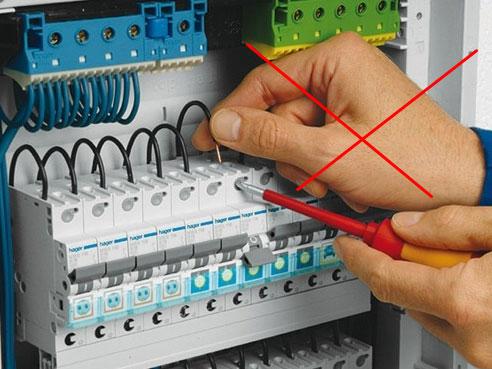 при замене автомата под напряжением провода не трогать руками