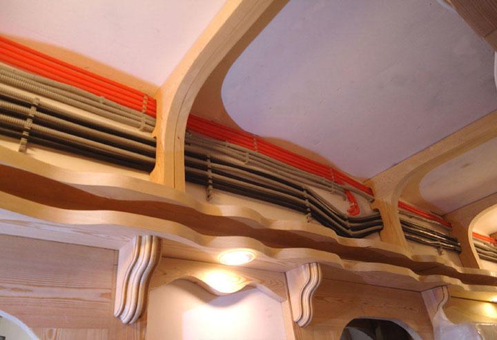 оранжевая и черная гофра на потолке пожароопасна