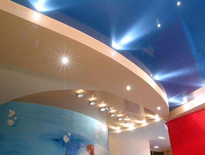 красивый натяжной потолок и освещение на нем