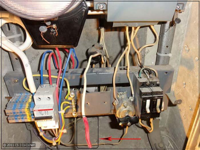 изолирование провода под напряжением при замене автомата в щитке