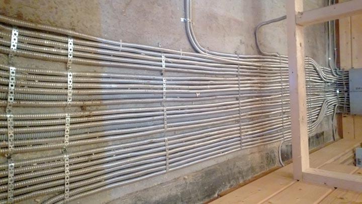 прокладка кабеля в гофре по стенам