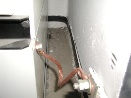 Агрегат через медный провод соединен с шиной