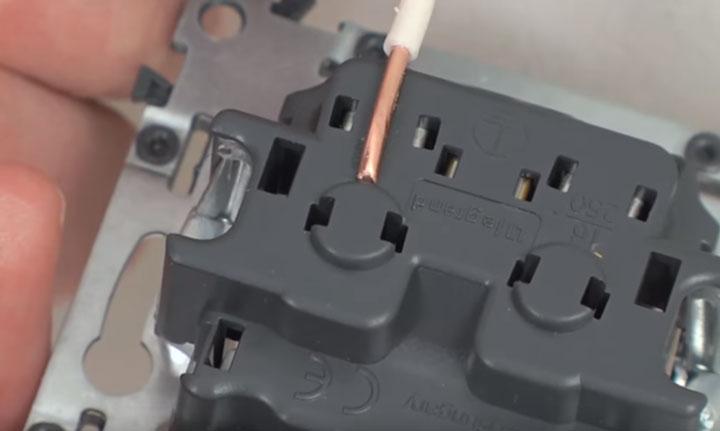 насколько миллиметров нужно снимать изоляцию с жилы провода для подключения в розетку